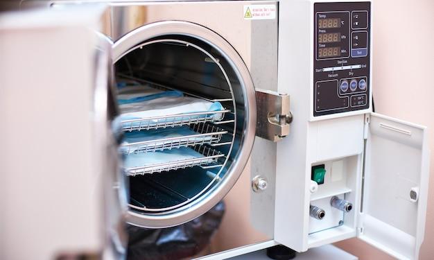 Sterilizzazione in autoclave in odontoiatria. sterilizzatore moderno dell'autoclave del laboratorio per la pulizia degli strumenti dentali nel reparto di sterilizzazione di odontoiatria