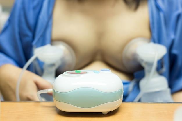 Tiralatte automatico. il latte materno è il cibo più salutare per il neonato