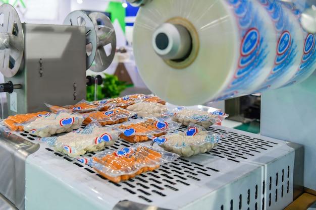 Linea di produzione alimentare automatica su macchinari per attrezzature per nastri trasportatori in fabbrica, produzione alimentare industriale