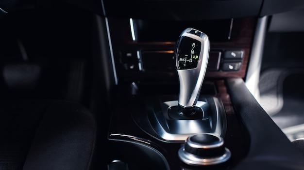 Leva del cambio automatico di un'auto moderna dettagli interni dell'auto moderna interno dell'auto