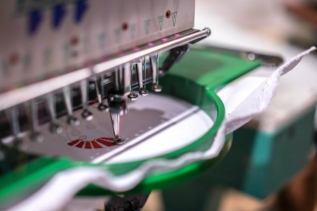 Macchina da cucire industriale automatica con motivo digitale. industria tessile moderna.