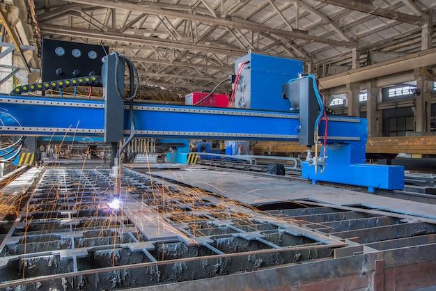 La macchina laser automatica taglia le lamiere. taglio di saldatura a gas dell'attrezzatura. sistema di taglio tubi
