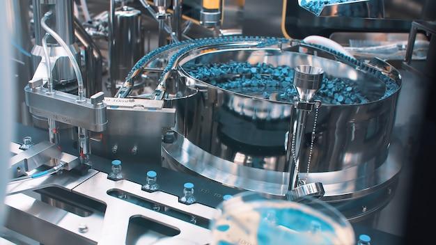 Confezionatrice automatica per confezionare fiale con vaccino, iniezione e farmaci. coronavirus