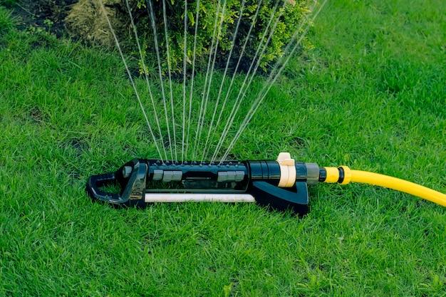 Irrigatore automatico su un prato verde