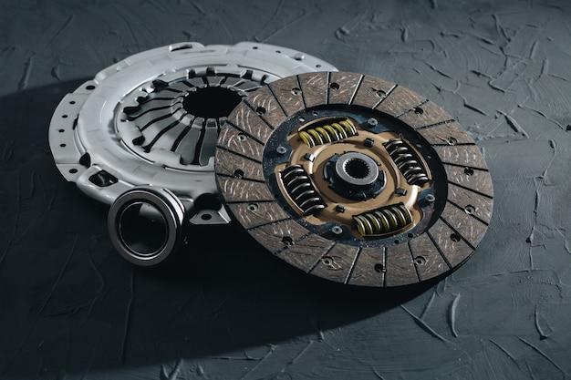 Cestello e cuscinetto del disco del meccanismo della frizione per autoveicoli per auto su uno sfondo nero parti di automobili