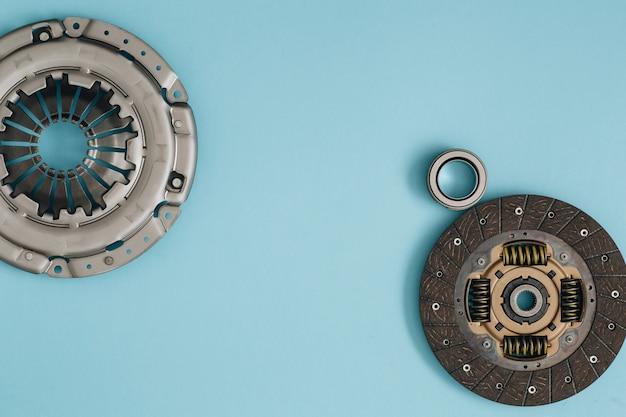 Cestello e cuscinetto del disco del meccanismo di frizione automobilistico per auto su parti di un'auto di sfondo blu