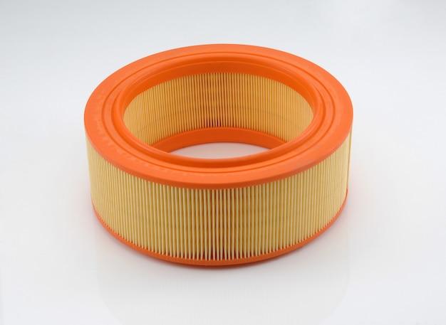 Filtro automobilistico di forma cilindrica di colore arancione su sfondo bianco