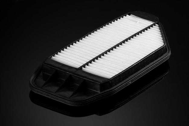 Filtro automobilistico di forma quadrata su sfondo nero
