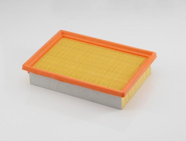 Filtro automobilistico di forma quadrata arancione su sfondo bianco