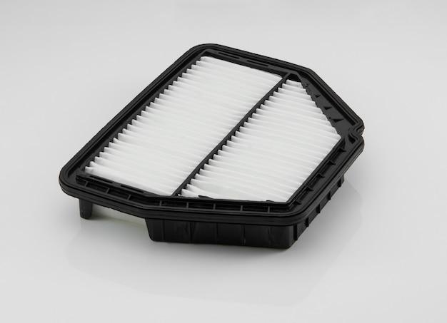 Filtro automobilistico di forma quadrata su sfondo bianco