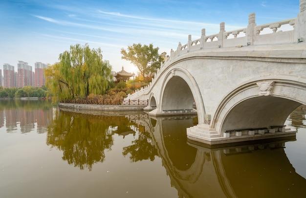 In autunno, edifici antichi e ponti ad arco si trovano nel parco yingze, taiyuan, nella provincia dello shanxi, in cina
