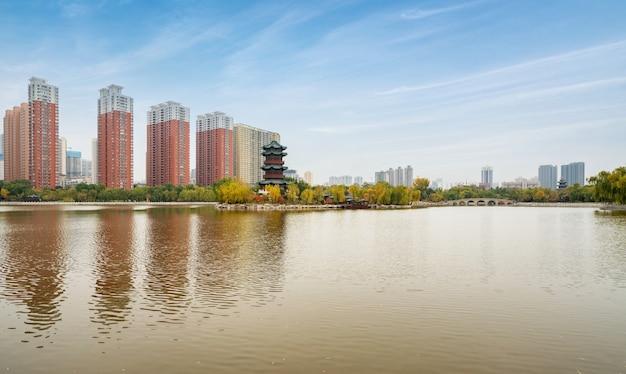 In autunno, edifici antichi e ponti ad arco si trovano nel parco yingze, taiyuan