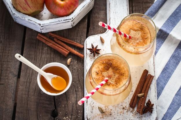 Cocktail di sidro di mele autunnale con spezie e fette di mela. messa a fuoco selettiva.