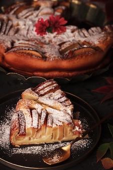Torta di mele autunnale. dolci fatti in casa sulla superficie delle foglie di vite. torta di mele con cannella.