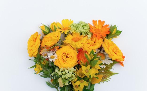 Autunno sfondo bouquet di fiori piatto giaceva su sfondo bianco. concetto di tempo autunnale