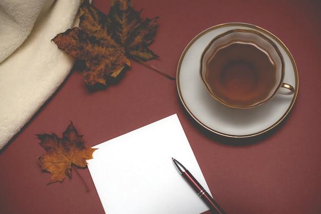 Foglio di carta bianco vuoto autunno, tazza di tè.