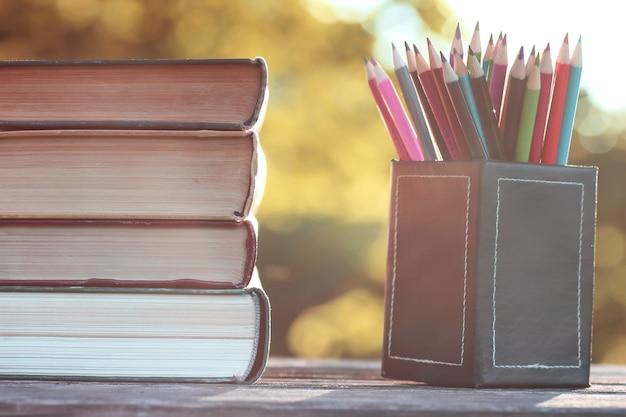 Pila di libri autunnali in legno da esterno
