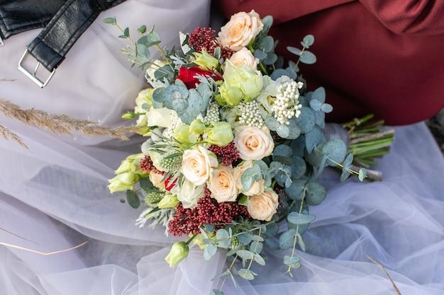 Bouquet da sposa autunnale: composizione floreale di nozze splendidamente decorata