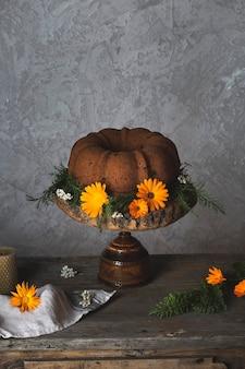 Ciambella autunnale con zucca su tavola rustica