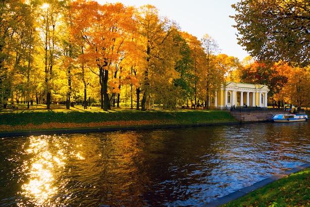 Paesaggio della città di autunno sull'argine del fiume moika.