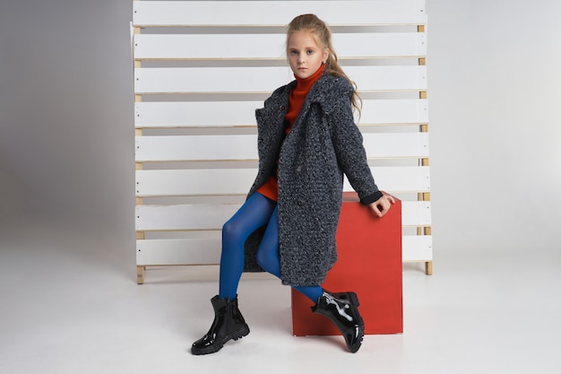 Collezione autunnale di abiti per bambini e ragazzi. giacche e cappotti per il freddo autunnale.