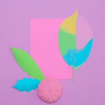 Composizione autunnale di foglie dipinte e zucca. arte minimale alla vaniglia piatta