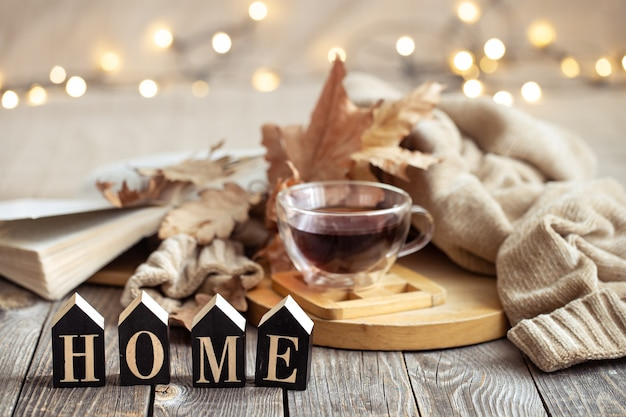 Composizione autunnale con una tazza di tè e oggetti decorativi. il concetto di comfort e intimità domestica.