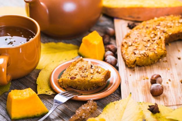 Composizione autunnale con torta di zucca e tè