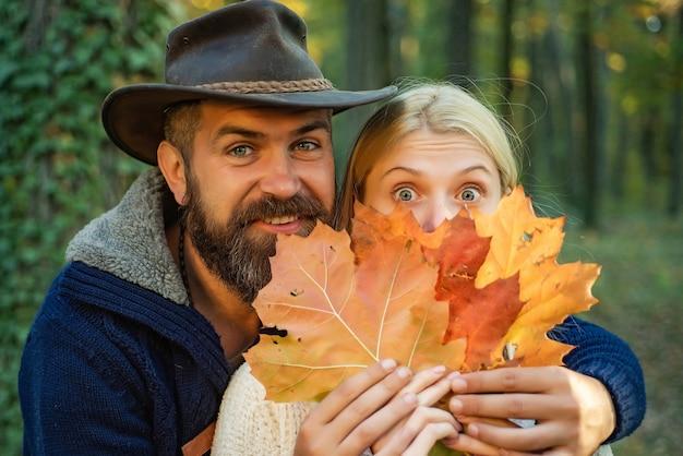 Coppie di autunno nella natura che tiene fogliame di autunno