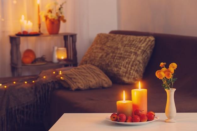 Decorazioni autunnali con candele accese a casa