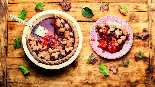 Deliziosa torta autunnale con prugne. crostata con prugne fresche. torta estiva appetitosa alla frutta.