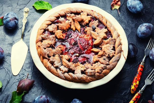 Deliziosa torta autunnale con prugne. crostata con prugne fresche. torta estiva di frutta.