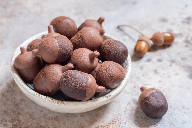 I pop di torta al cioccolato autumn fall sembrano ghiande