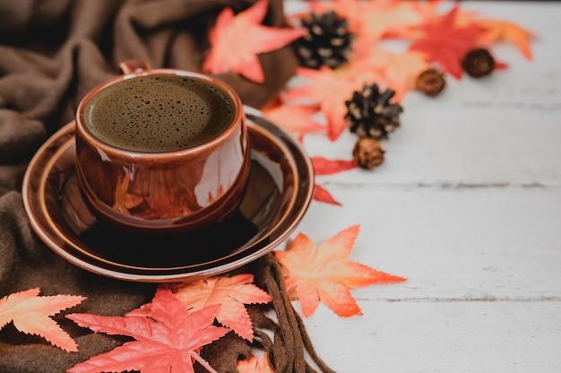 Autunno e stagione autunnale. caffè caldo con finta foglia d'acero sul tavolo di legno. harvest cornucopia e concetto di giorno del ringraziamento.