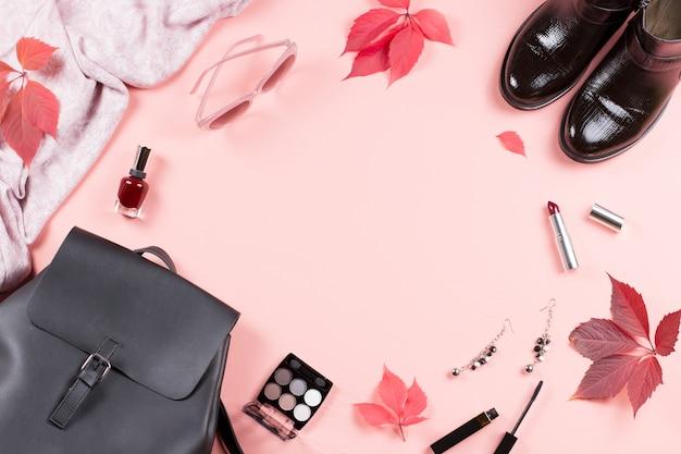 Collezione di abiti femminili autunno sul rosa