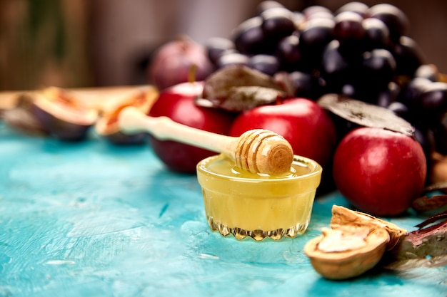Autunno cibo ancora in vita con frutta di stagione uva, mele rosse e fichi.