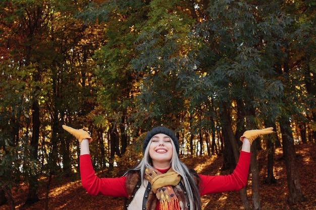 Tempo libero nella foresta d'autunno