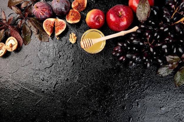 Frutti autunnali su un tavolo scuro