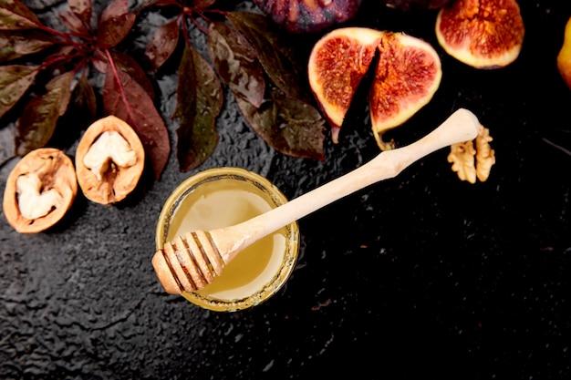 Autunno raccolto cibo natura morta con frutta stagione uva, mele rosse e fichi.