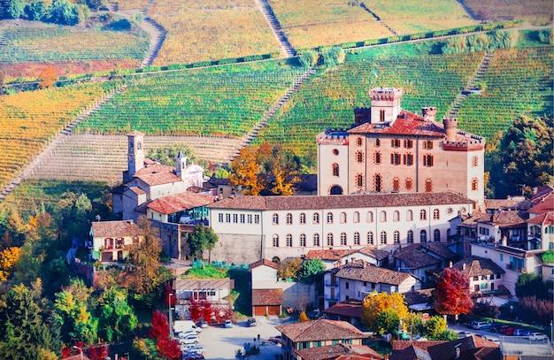 Paesaggio autunnale - famosa regione vinicola del piemonte. castello e borgo di barolo. nord italia