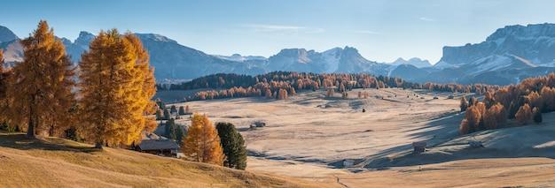 Panorama del paesaggio autunnale con giornata di sole in mountans