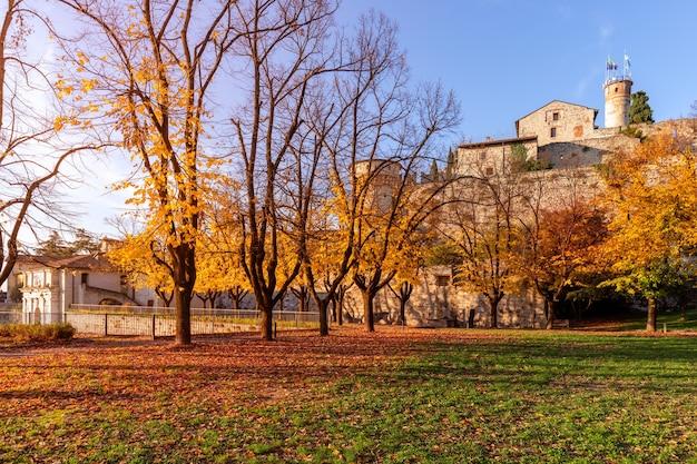 Paesaggio autunnale con storico castello della città di brescia. lombardia, italia