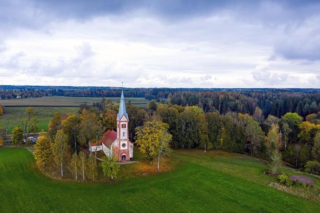 Paesaggio autunnale con la chiesa evangelica luterana di krimulda