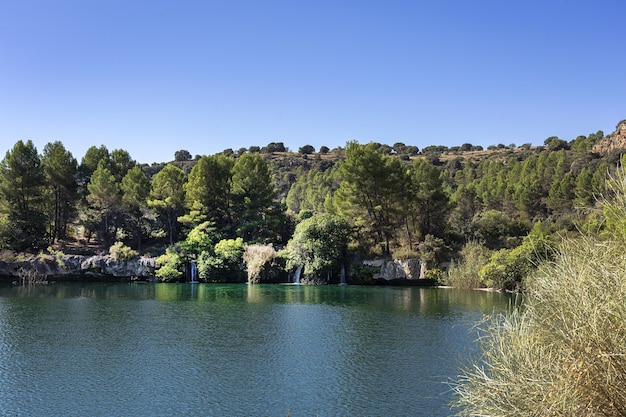 Paesaggio autunnale con lago in una giornata di sole