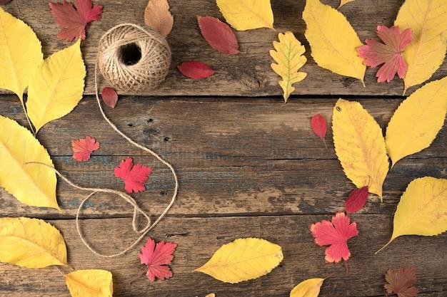Foglie di autunno e un gomitolo di filo.