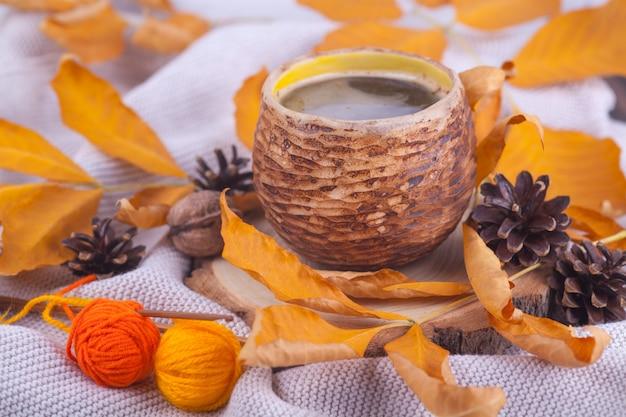 L'autunno lascia una tazza di caffè caldo