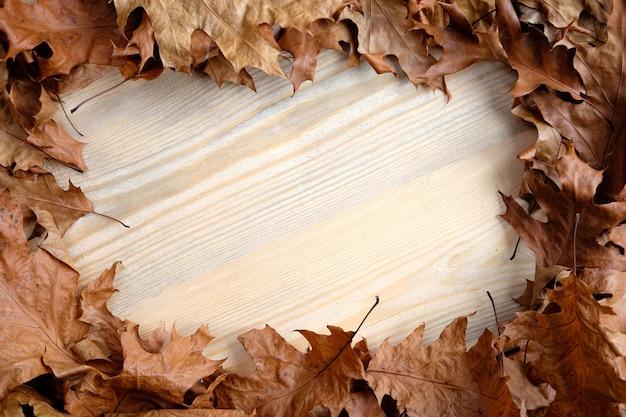Foglie di autunno sulla superficie in legno