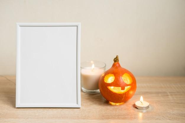 Composizione minima autunnale. concetto di festa del ringraziamento. cornice per foto, zucca su sfondo bianco. vista frontale, copia dello spazio. foto di alta qualità