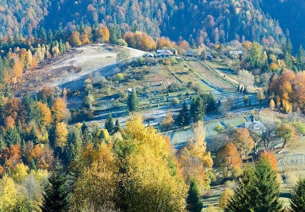 Autunno montagna nimchich pass (carpazi, ucraina), foresta colorata e tenuta di campagna sulla collina.
