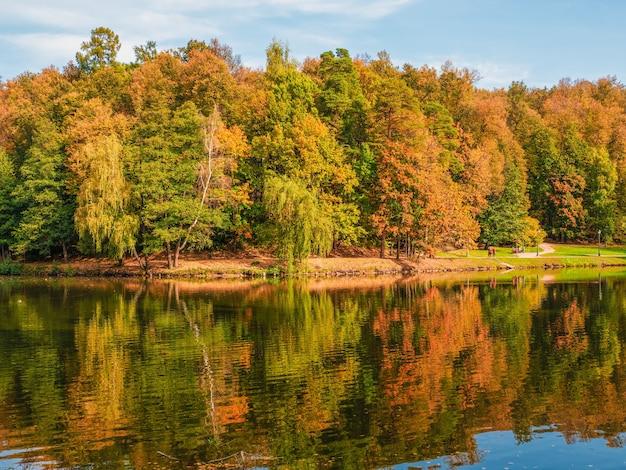 Parco d'autunno. bellissimo paesaggio autunnale con alberi rossi in riva al lago. zaritsino, mosca.